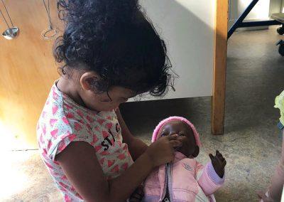 Met de pop spelen bij Jillz Kinderdagverblijf Benderslaan Amstelveen