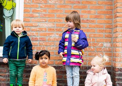 Spelen met boomstammen Jillz Kinderdagverblijf-Amstelveen